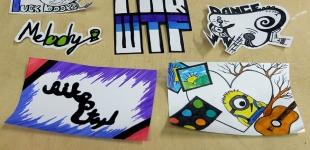 Studenti si vyrobili vlastní Street Art samolepky